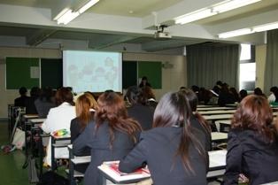 幼児教育学科学生による「卒業研究発表」の写真(その1)