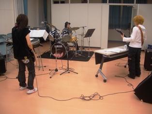 練習している軽音楽サークルの写真