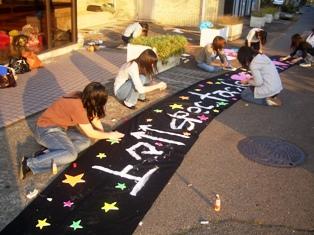 飾り物を準備している学生の写真その2