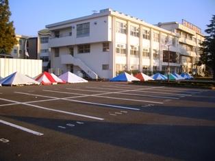 キャンパス内にたくさんの仁短祭テントが並んでいる写真