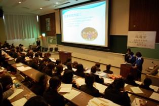 パワーポイントを用いて、意見発表をしている学生の写真