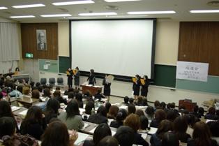 替え歌で幼児教育学科の教員を紹介している学生の写真