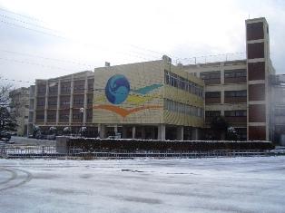 雪が積もった仁短キャンパスの写真