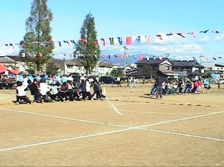 仁愛附属幼稚園での綱引きの様子写真