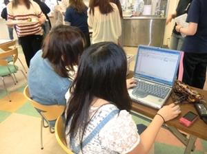 メニューについてのアンケートの集計をする学生