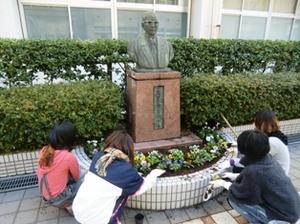 仁愛女子短期大学花壇、きれいな花が植えられていきます