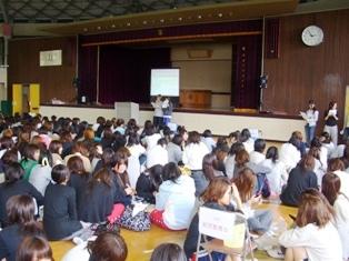 体育館での学生総会の様子