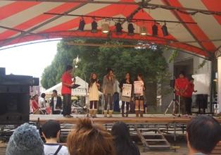 福井工業大学大学祭にて、本学学生による「仁短祭PR」の写真