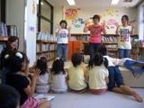 学生と手遊び写真