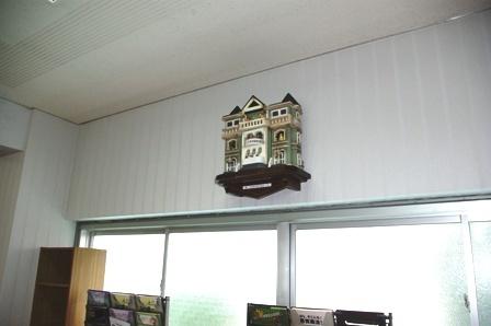 壁に掛かる大きな古時計の写真