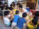学生による折り紙指導の写真