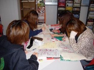 学生ホールで勉強中の学生たちの写真