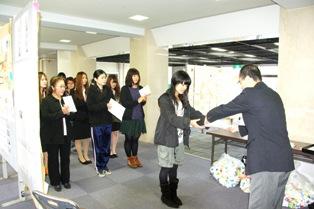 エコ川柳かるたコンテスト表彰式の様子