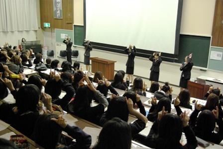 幼児教育学科学生による手遊び披露の写真