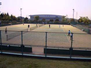 トリムパークかなづテニス場と体育館の写真